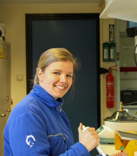 Renske is eigenlijk horecamanager in het Dolfinarium, maar analyseert nu het bloed van de dolfijnen