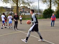 Met eigen bal en op asfalt kunnen basketballers Bouncers toch trainen