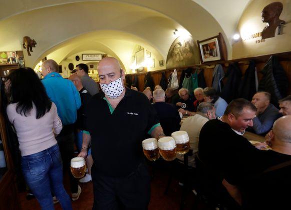 In Praag moet horecapersoneel erop toezien dat klanten niet te veel drinken, om risicogedrag te vermijden.