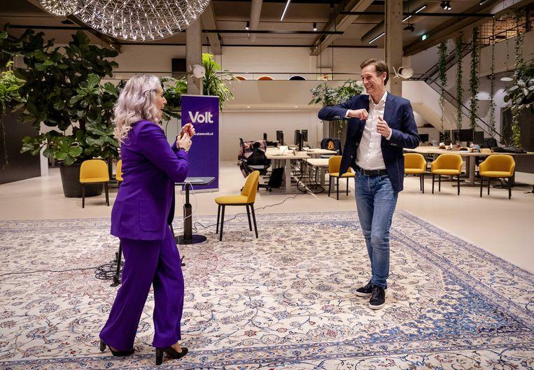 Volt-lijsttrekker Laurens Dassen (r) en Nilüfer Gündoğan reageren  in Den Haag op de uitslagen voor de Tweede Kamerverkiezingen.  Beeld ANP