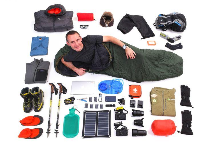 Fotograaf Vincent Kalut met de inhoud van zijn rugzak.
