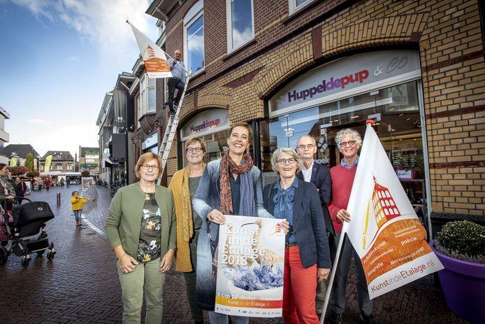De organisatie van Kunst in de etalage: (vlnr) Jolanda Boekholt, Anja Borggreve, Hedwig de Bruijn, Truus Kunne, Marcel Snijders, Bart Assen en  Frank Hermelink (op de ladder).