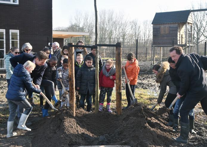 Kinderen en politici stroopten de mouwen op voor de aanplant van 25 jonge boompjes in Rittenburg