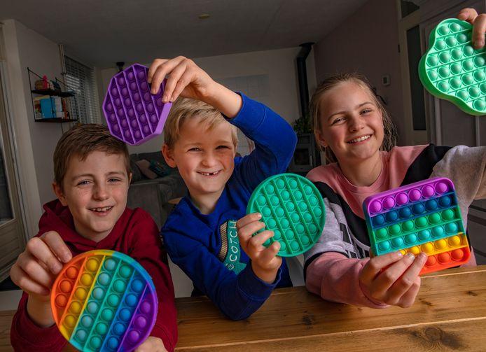 Lotte, Robin (links) en Abel uit Zwolle zijn groot fan van de pop its.