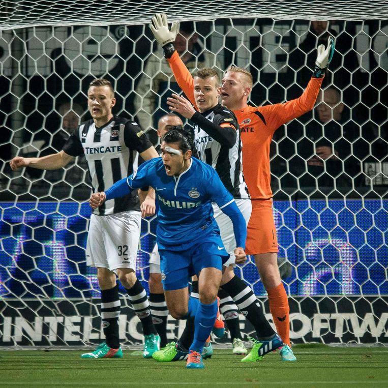 Karim Rekik (voorgrond) scoort de winnende tegen Heracles. Beeld anp