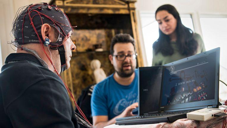 Een man ondergaat in de Zwitserse stad Lausanne tests met een brein-computer-interface.