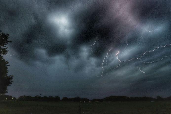 Onweer boven Raalte.