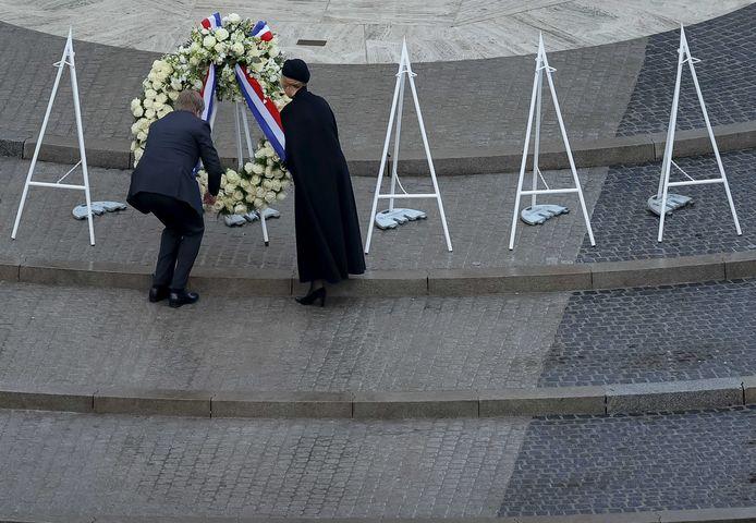 Koning Willem-Alexander en koningin Máxima leggen een krans tijdens de Nationale Dodenherdenking op de Dam.