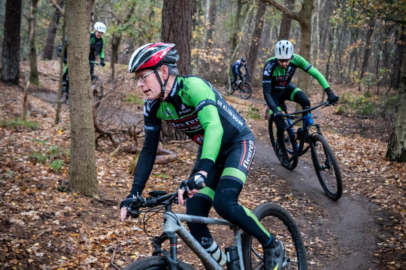 Mountainbikers op de Maashorst rijden file op de mountainbikeroute.
