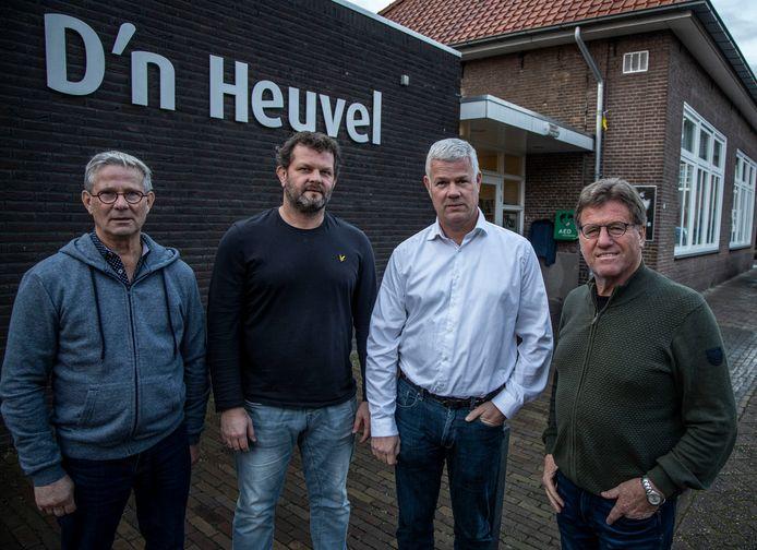 Ad Donkers en Matty Verkuijlen van de dorpsraad Gerwen en Sanders Aarts en Frans van Maasakkers van het bestuur van het dorpshuis (vlnr)