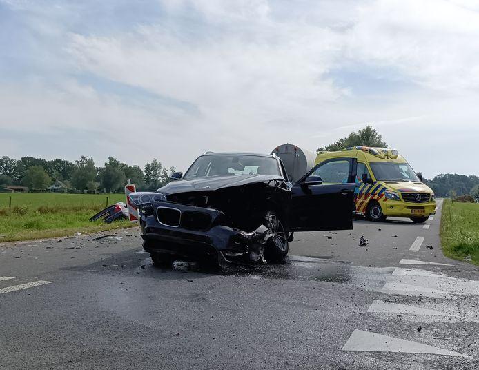 De auto's raakten door het ongeluk zwaar beschadigd. Een van de auto's belandde in de greppel langs de weg.