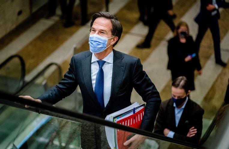 Premier Rutte dinsdagavond op weg naar de vergaderzaal van de Tweede Kamer.  Beeld EPA / Bart Maat