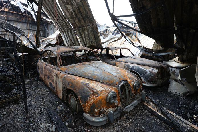 Uitgebrande oldtimer, na de brand in december in de bedrijfshallen aan de Kasteeldreef.