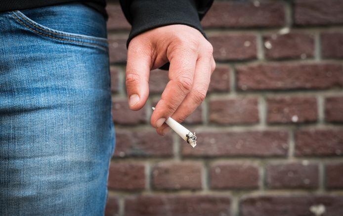 Foto ter illustratie. Roken op het schoolplein mag niet meer in deze regio.