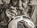 Tattookoning Henk Schiffmacher ontwerpt eredivisiebal