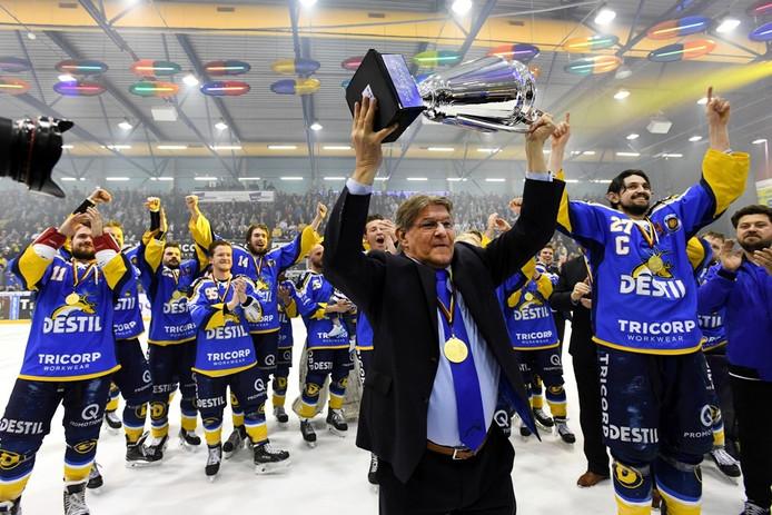 Guus Bakker viert op 19 april van dit jaar de titel in de Oberliga.