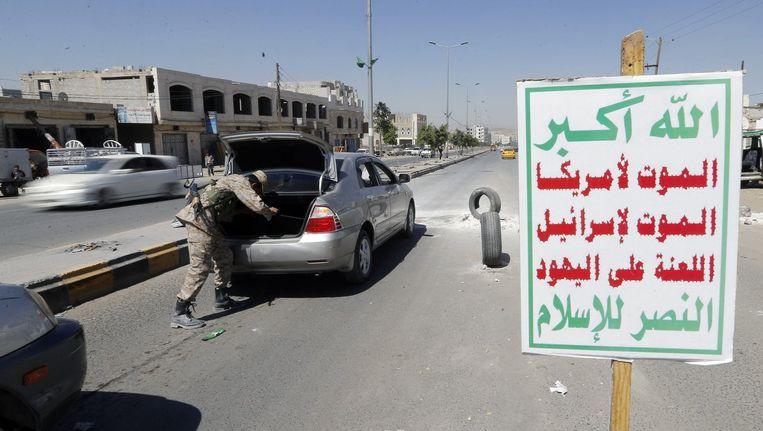 Een Houthi-strijder in militair uniform bij een controlepost in Sanaa.President Abd-Rabbu Mansour Hadi werd vorige week afgezet door de Houthi's.