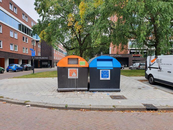 In de verzamelcontainer voor plasticafval aan de Weusthagstraat is onlangs een grote hoeveelheid restafval aangetroffen.