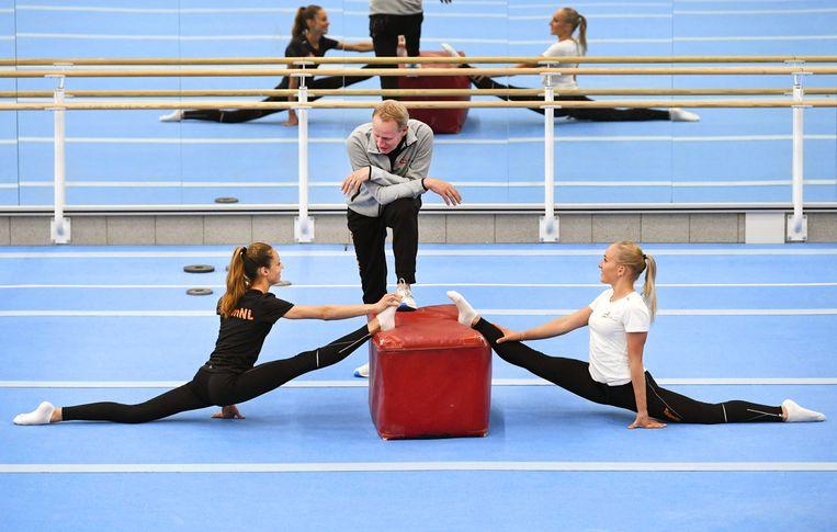 Turncoach Vincent Wevers met dochter Sanne (rechts) en Naomi Visser. Beeld Piroschka van de Wouw / EPA
