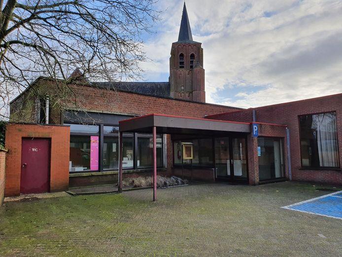 De oude jongensschool in Wechelderzande wordt afgebroken.