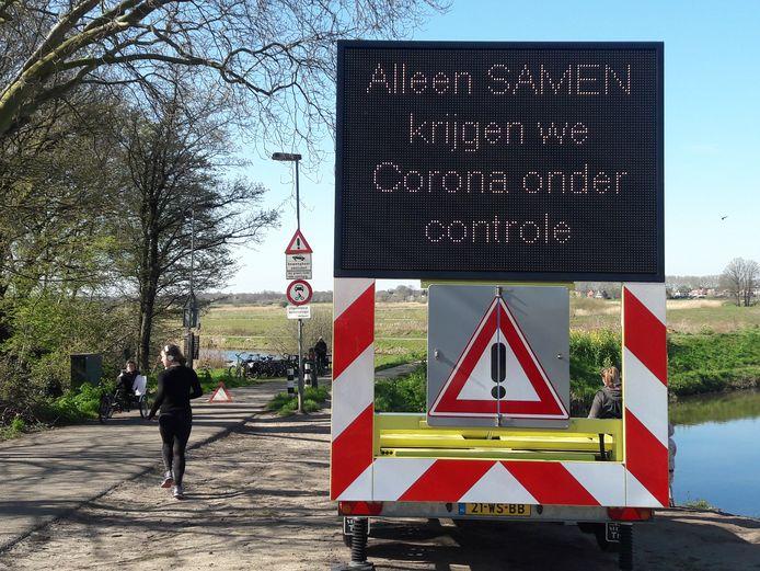 Een groot waarschuwingsbord in de  Bossche Broek.