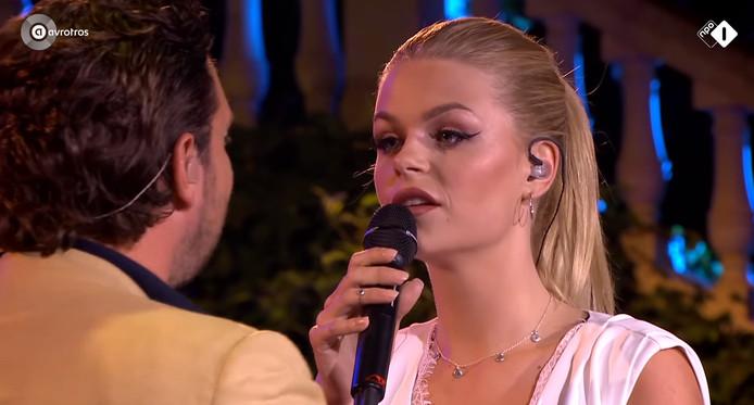 Davina Michelle in duet met Tino Martin.