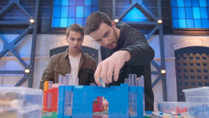 Jos (links) en Martijn (rechts) uit Deventer tijdens de eerste aflevering van het tv-programma LEGO MASTERS. Ze trapten het tot de finale.