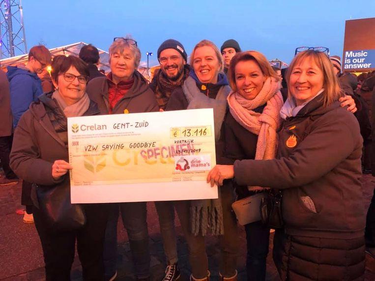 De drie mama's schonken een cheque van 13.116 euro aan de vzw Saying Goodbye.
