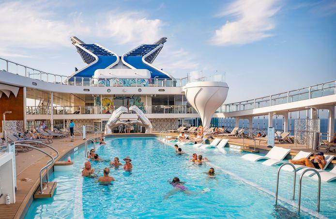 Het zwembad en de jacuzzi - in de vorm van een Martini-glas - aan boord van de Celebrity Apex, een drijvend vijfsterrenresort op zee.