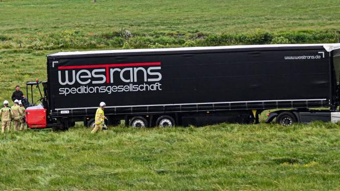 Trucker wordt onwel en stuurt ternauwernood weiland in