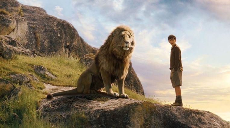 Aslan (met de stem van Liam Neeson) en Skandar Keynes in The Chronicles of Narnia. Beeld