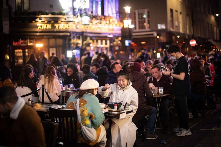 In de wijk Soho, in London, werden straten afgesloten voor verkeer zodat horecazaken buiten klanten konden ontvangen. Beeld Photo News