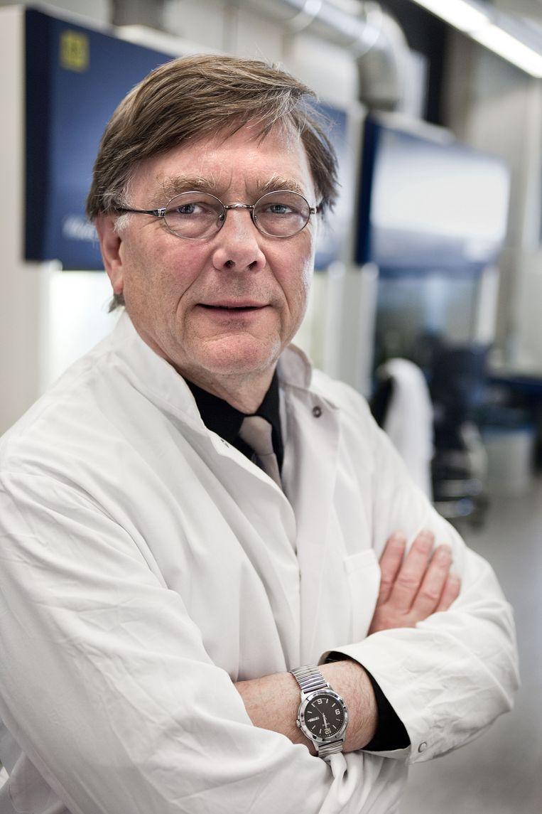 Viroloog Ab Osterhaus maakt het eindexamen biologie: 'Gewoon je gezonde verstand gebruiken.'  Beeld Arie Kievit