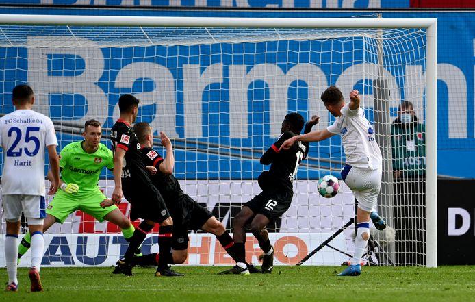 Klaas-Jan Huntelaar tekent voor het doelpunt van Schalke 04.