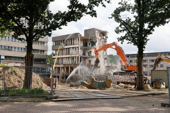 De sloop van de laagbouw van het Spinozagebouw op de Radboud-campus is in volle gang.