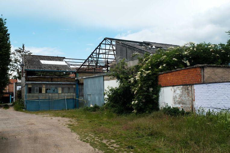 De loods in de Landbouwstraat die momenteel afgebroken wordt.