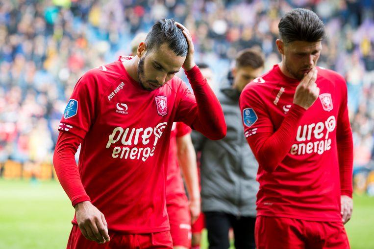 FC Twente-spelers Oussama Assaidi (links) en Danny Holla verlaten het veld na de 5-0 nederlaag tegen Vitesse.  Beeld ANP