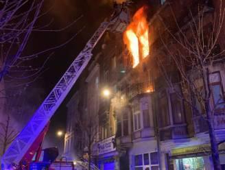 """Felle brand legt appartementen in de as in Anderlecht: """"25 mensen naar ziekenhuis, 3 zijn er erg aan toe"""""""