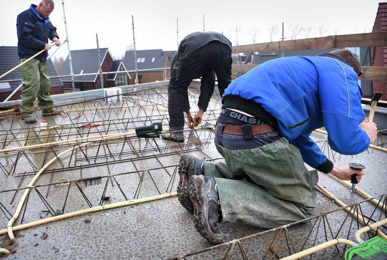 Bouwvakkers aan het werk in een nieuwbouwwijk in Vleuten. Beeld Marcel van den Bergh / de Volkskrant