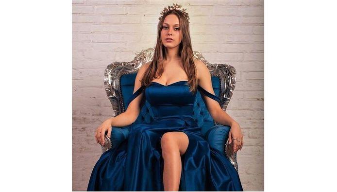 Deze foto van Alexine staat op haar Miss Fashion flyers.