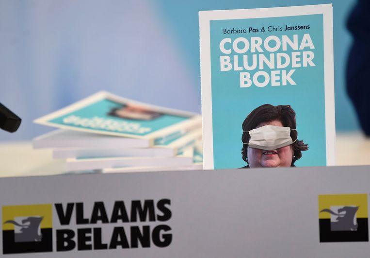 Vlaams Belang blifjt hameren op de blunders van de regering tijdens de coronacrisis – fractieleiders Barbara Pas en Chris Janssens presenteerden er afgelopen week zelfs een boek over met op de cover: Maggie De Block.  Beeld Photo News