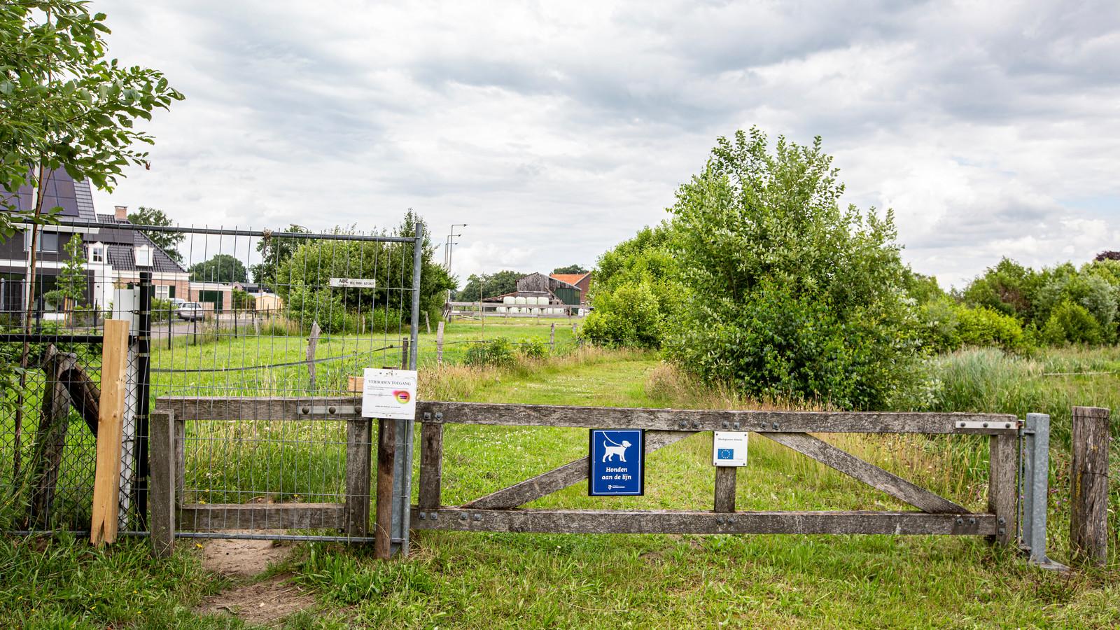 Een hekwerk blokkeert het Twentepad bij de Lorentzlaan. De aangrenzende bewoners van het (op de achtergrond zichtbare boeren erf) zijn de overlast van honden en hangjeugd zat. Wandelaars worden omgeleid.
