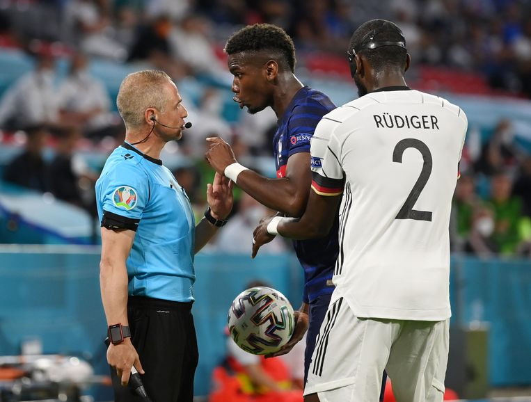 Pogba doet zijn beklag bij scheidsrechter Del Cerro. Beeld Pool via REUTERS