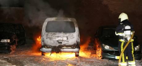 Drie auto's in vlammen op in Volstastraat in Den Bosch