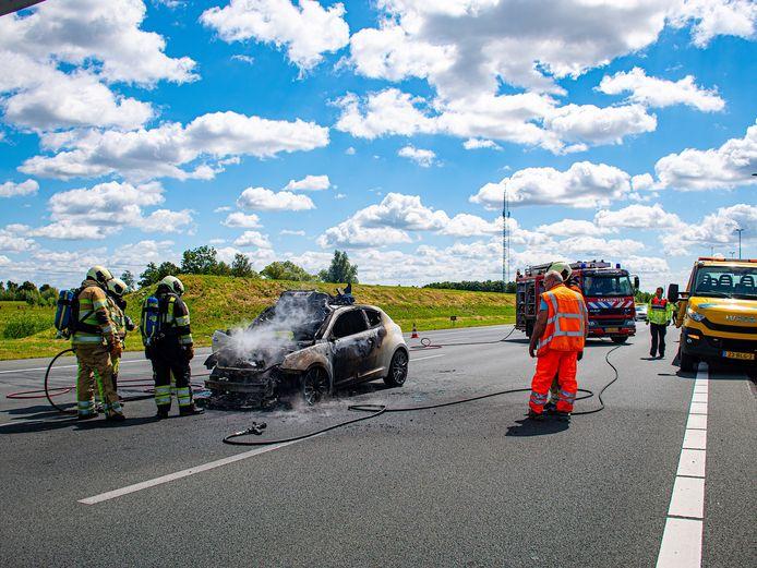 De auto brandde op de A2 bijna volledig uit.