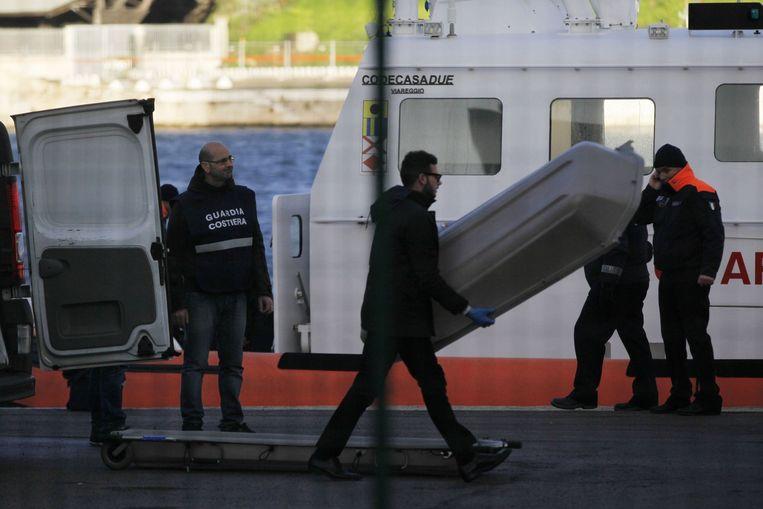 De Italiaanse kustwacht bergt een lichaam. Beeld afp