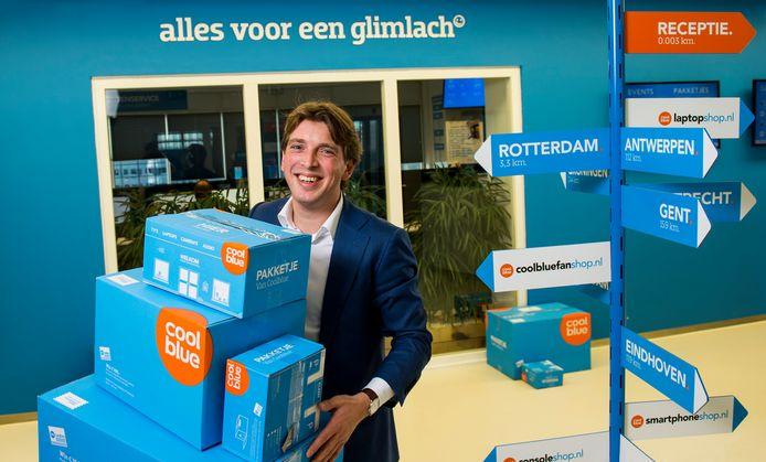 Coolblue-baas Pieter Zwart. Op de wegwijzer de namen van enkele webwinkels van de Rotterdamse webstore.