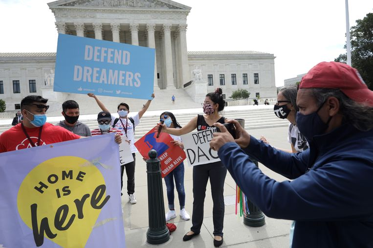 Demonstranten bij het Hooggerechtshof in Washington roepen op het legalisatieprogramma DACA voor kindmigranten te beschermen voorafgaand aan een zitting in juni vorig jaar.  Beeld Getty Images