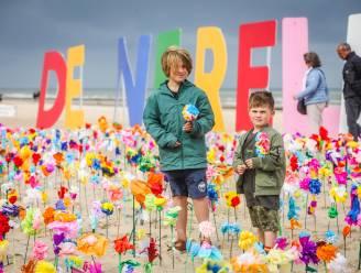 Oostende wordt wakker met een kleurrijke bloemenzee op het strand
