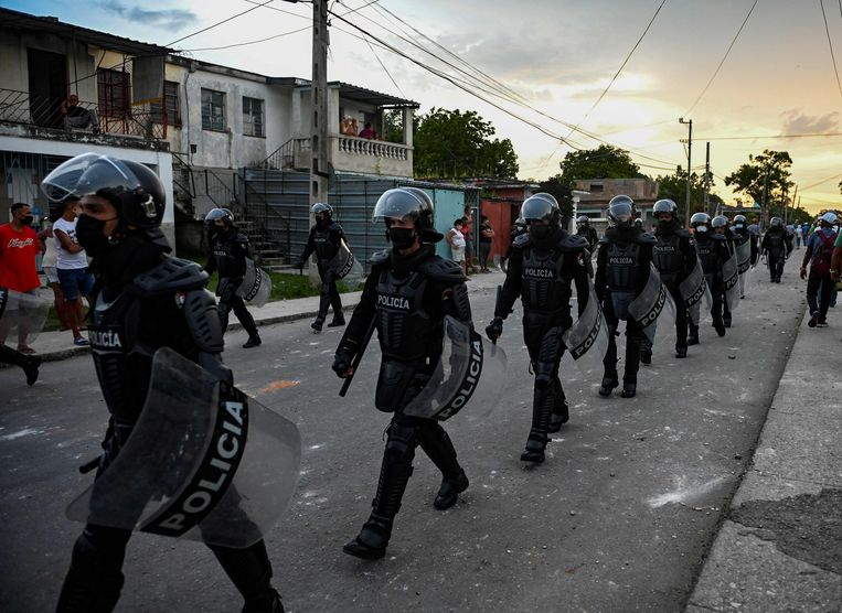 Oproerpolitie in een buitenwijk van Havana.  Beeld AFP